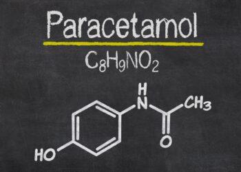 Auf einer Schiefertafel steht die chemische Formel von Paracetamol.
