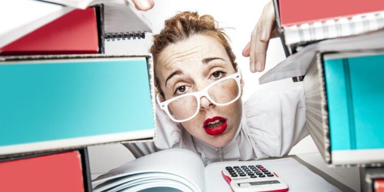 Frau gestresst bei der Arbeit.
