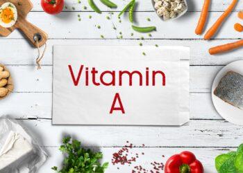 Vitamin A reiche Lebensmittel um einen Zettel mit der Aufschrift Vitamin A