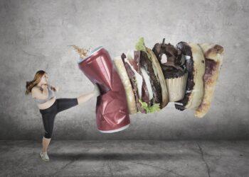 Grafische Darstellung einer übergewichtigen Frau, die mit einem Karate-Kick ungesunde Lebensmittel wegtritt.