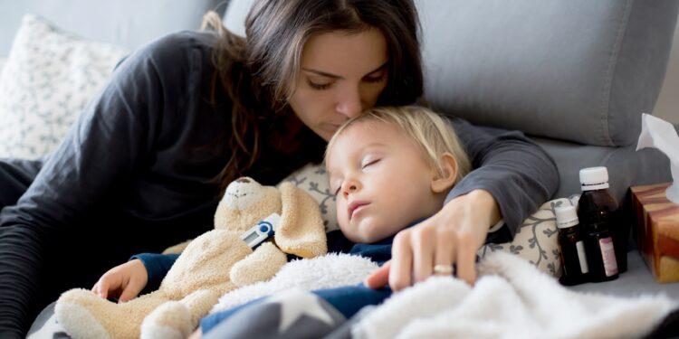 Mutter kümmert sich um krankes Kleinkind.