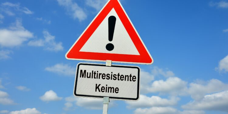 Ein Straßenverkehrsschild mit der Aufschrift Multiresistente Keime