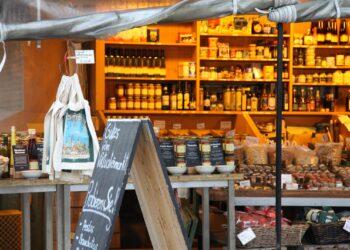 Die Front eines Marktstandes mit diversen Bio-Produkten.