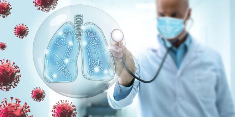 Facharzt hört eine von Viren umkreiste virtuelle Lunge mit dem Stetoskop ab.