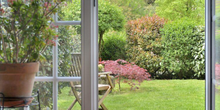 Blick aus dem Fenster in die Natur.
