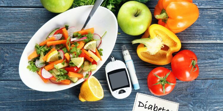 Digitales Glukosemessgerät, Lanzettenstift und Salatschüssel auf einem Tisch