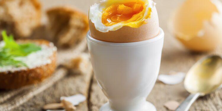 Ei auf dem Frühstückstisch.