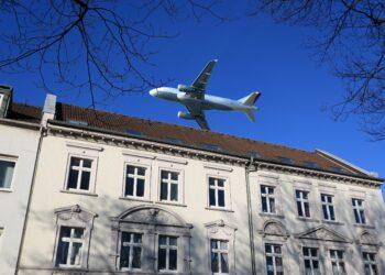 Ein Flugzeug über einem Wohnhaus