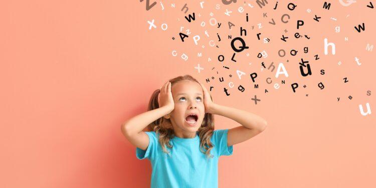 Kind schwirren Buchstaben über dem Kopf.
