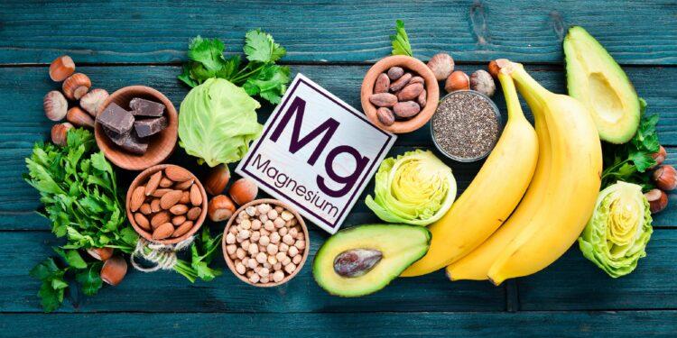Magnesiumreiche Lebensmittel um ein Schild mit der Aufschrift Mg Magnesium