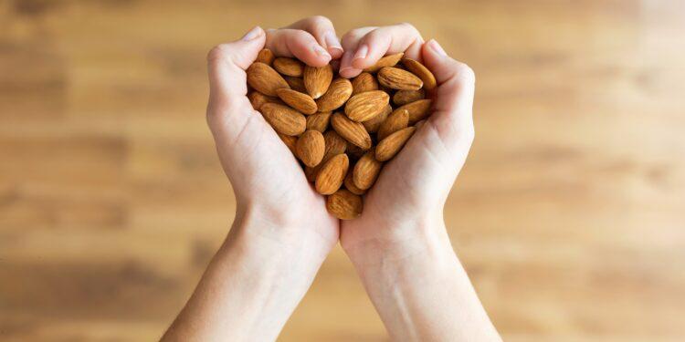 Offene Hände zum Herz geformt und gefüllt mit Mandeln!