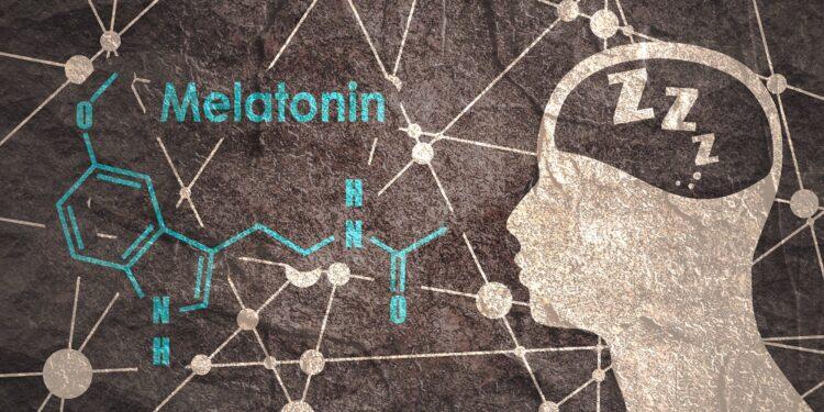 Die chemische Struktur von Melatonin neben dem Umriss eines menschlichen Kopfes.