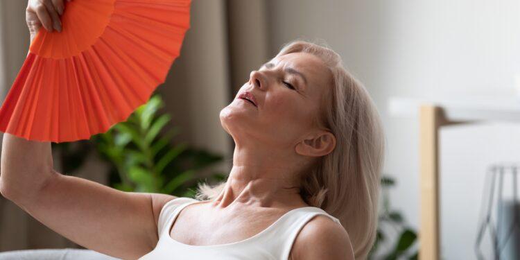 Frau leidet an Hitzewallungen.