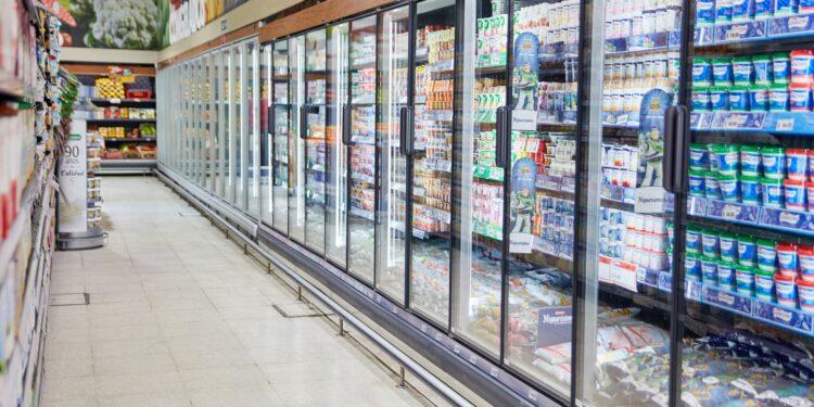 Ein Kühlregal in einem Supermarkt.