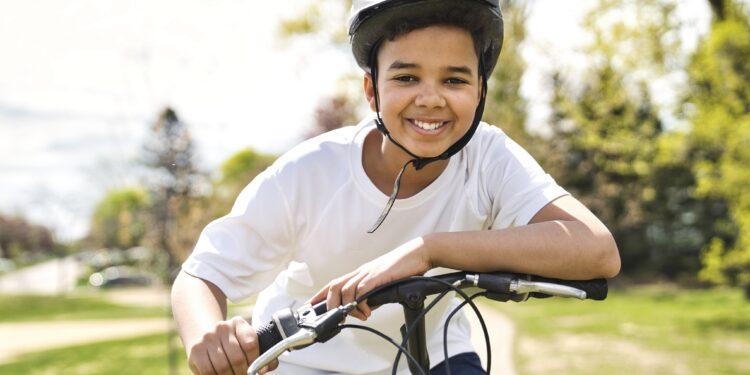 Junge auf einem Fahrrad.