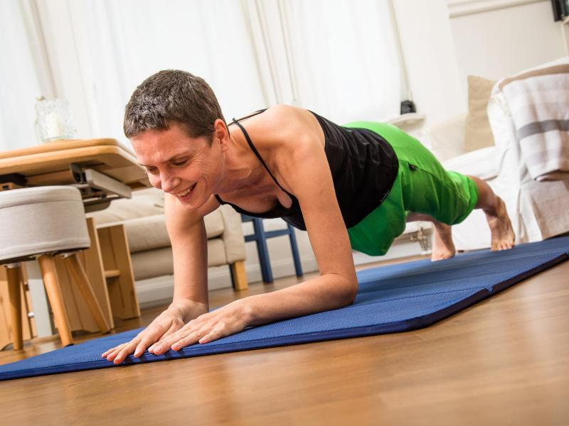 Eine Frau führt eine Fitness-Übung durch.