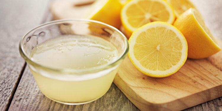 Zitronenwasser mit Zitronenhälften