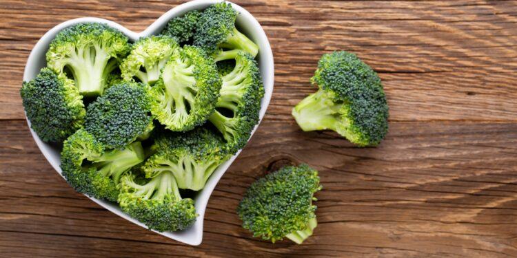 Brokkoli in einer herzförmigen Schale auf einem Tisch.