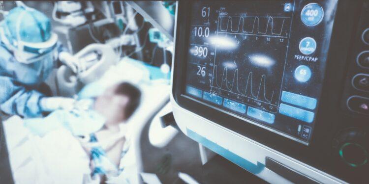 Patient im Krankenhausbett auf der Intensivstation.