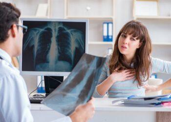 Eine Frau spricht mit einem Arzt.