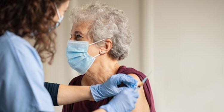 Seniorin erhält eine Impfung