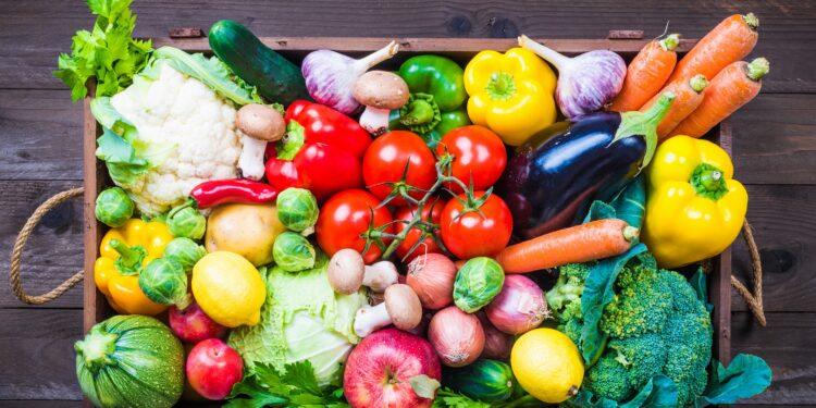 Eine Holzkiste gefüllt mit frischem Obst und Gemüse