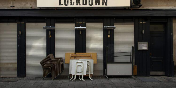 Lockdown-Schild an geschlossener Kneipe