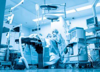 Medizinisches Personal kümmert sich um einen Patienten auf einer Intensivstation