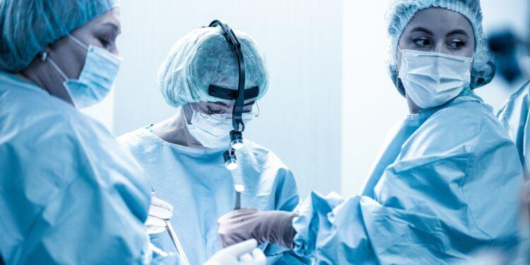 Medizinisches Personal während einer Operation.