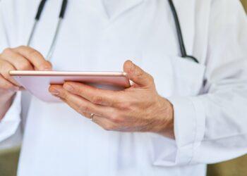 Artz überprüft auf dem Tablet in die elektronische Patientenakte.