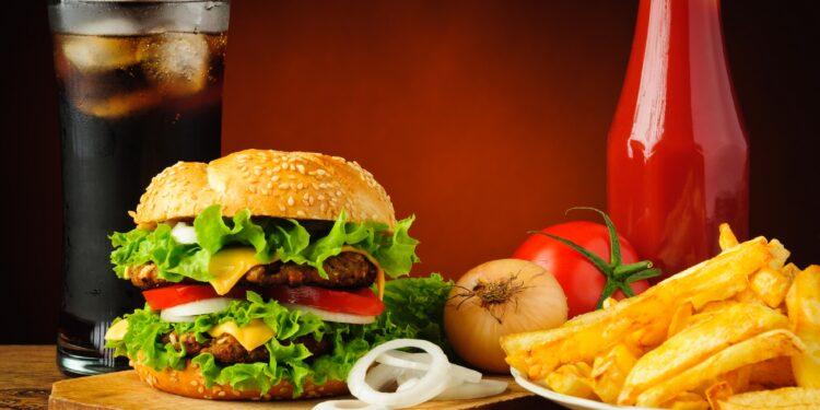 Ein Fastfood-Menü mit Burger, Pommes und Cola