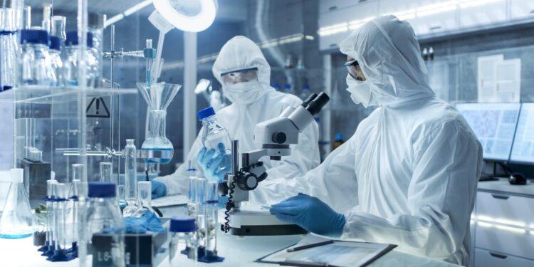 Forschende in Schutzausrüstung in einem medizinischen Labor.