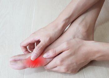 Fuß mit rotem Grundgelenk beim großen Zeh.