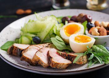 Teller mit Lebensmittel mit nur wenig Kohlenhydraten.