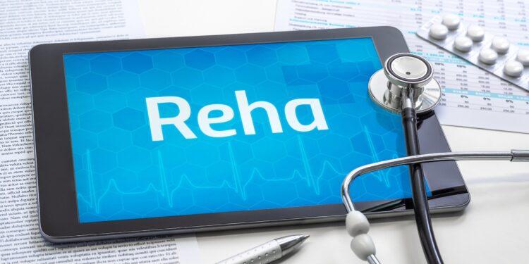 Stetoskop und Tablet mit dem Text Reha auf dem Display.