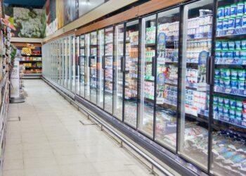 Kühlregal mit Milchprodukten im Supermarkt