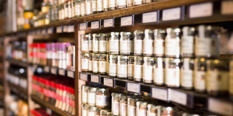 Große Auswahl an Gewürzen in einem Laden