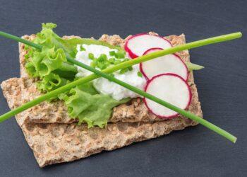 Knäckebrot mit Quark, Schnittlauch und Blattsalat
