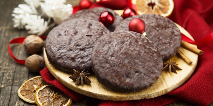 Lebkuchen auf einem Holzbrett mit weihnachtlichem Schmuck