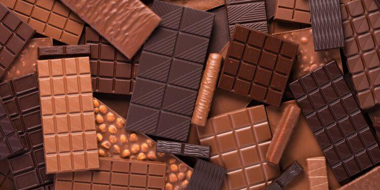 Zahlreiche dunkle und Vollmilch Schokoladentafeln