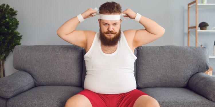 Mann in Sportkleidung auf dem Sofa.