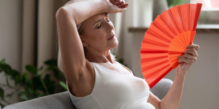 Frau leidet unter Hitzewallungen.
