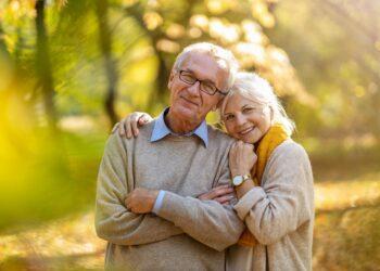 Zufriedenes Paar im erhöhten Alter.