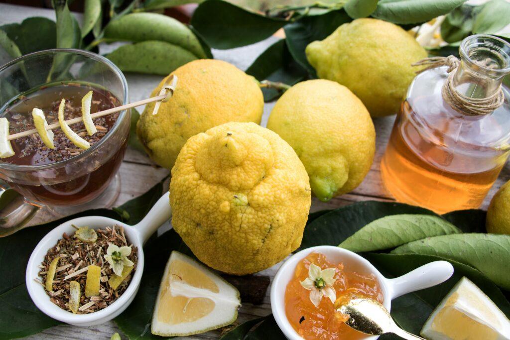 Bergamotten und aus ihnen zubereitete Lebensmittel auf einem Tisch