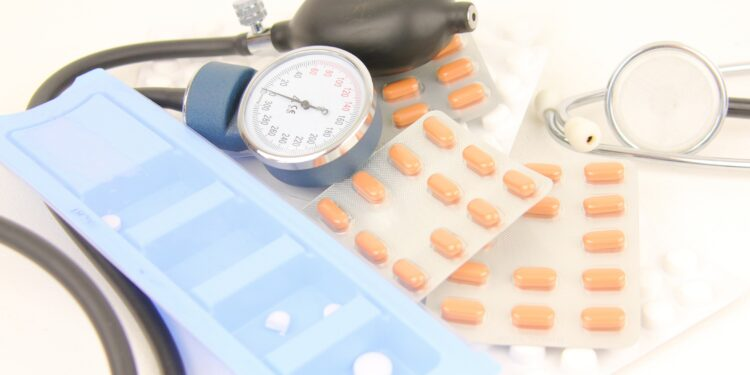 Blutdruckmessgerät und Tabletten auf einem Tisch