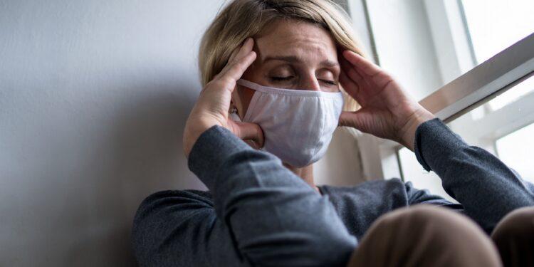 Frau leidet während COVID-19 unter Depression.