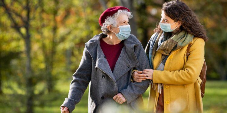 Frauen mit Maske gehen Spazieren.