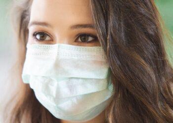 Frau mit Mund-Nasen-Schutzmaske