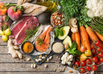 Auswahl an gesunden Lebensmittelzutaten zum Kochen auf einem Küchentisch
