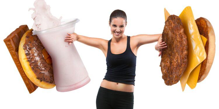 Eine Frau schiebt übergroße Fast-Food-Nahrung beiseite.